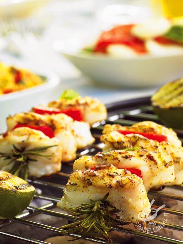 Skewers of monkfish - Servite gli Spiedini aromatici di coda di rospo per una cena tutto pesce. E se non trovate la coda di rospo, optate per filetti di pesce persico o trota! #spiedinicodadirospo