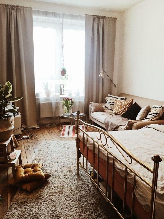 Wunderbare Einrichtungsidee Fur Dein Wg Zimmer Schoner Dielenboden Grosses Fenster Gemutliche Einrichtung Mit Sofa B Wg Zimmer Gemutliche Einrichtung Zimmer