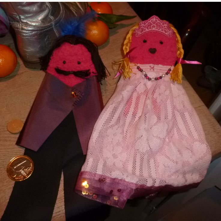 Handpoppen uit een paar roze sokken, makkelijker te hanteren door een kleuter. Prins en prinses. Opletten bij het aankleden, de sok moet zich nog kunnen uitrekken, ik liet op rugzijde een stukje vrij of zette de kleding slechts gedeeltelijk vast.
