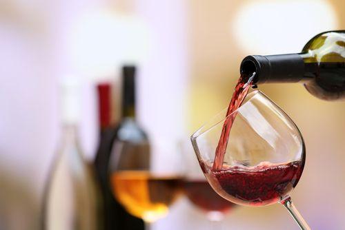 Jak známo, pití vína v rozumné míře je zdravé. Jak si ale tento nápoj starý téměř jako lidstvo samo dokonale vychutnat - tedy do jaké skleničky a při jaké teplotě jej nalévat a co sledovat v jeho barvě, vůni a chuti?
