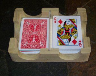 Le titulaire de carte à jouer/Rack--Tient votre carte tout en jouant votre jeu de carte préféré. Jeu de cartes standard, détient 52 des cartes, écarté, Poker, rami, Canasta, Skip-bo, Uno, enfants jeux de cartes, Bridge, l'arthrite sida, personne âgée, grand cadeau pour tous les âges.  Voici les détails :  Titulaire de carte à jouer/Rack sont 2 1/2 large x 10 x 3/4 po dépaisseur. Ils ont 3 fentes obliques (pour mieux voir chaque carte). Chaque titulaire/support peut co...