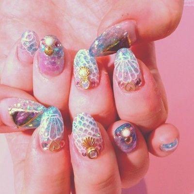 人魚姫のようなキラキラを指先に…?マリンで涼やかなマーメイドネイルがかわいいんです!