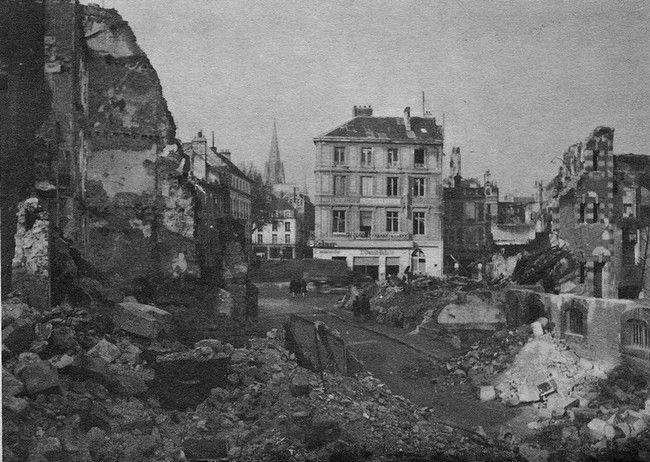 """Caen. Au premier plan à droite le n°3 de la Rue des Jacobins, l'Oasis; devant le bâtiment du journal """"Ouest-Eclair"""" Boulevard des Alliés et la flèche de l'église Saint-Sauveur."""