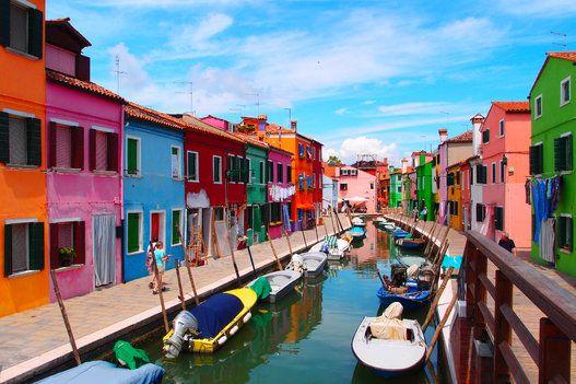 まるでオモチャみたい! カラフルな家が建ち並ぶブルーノ島の街並み(画像)