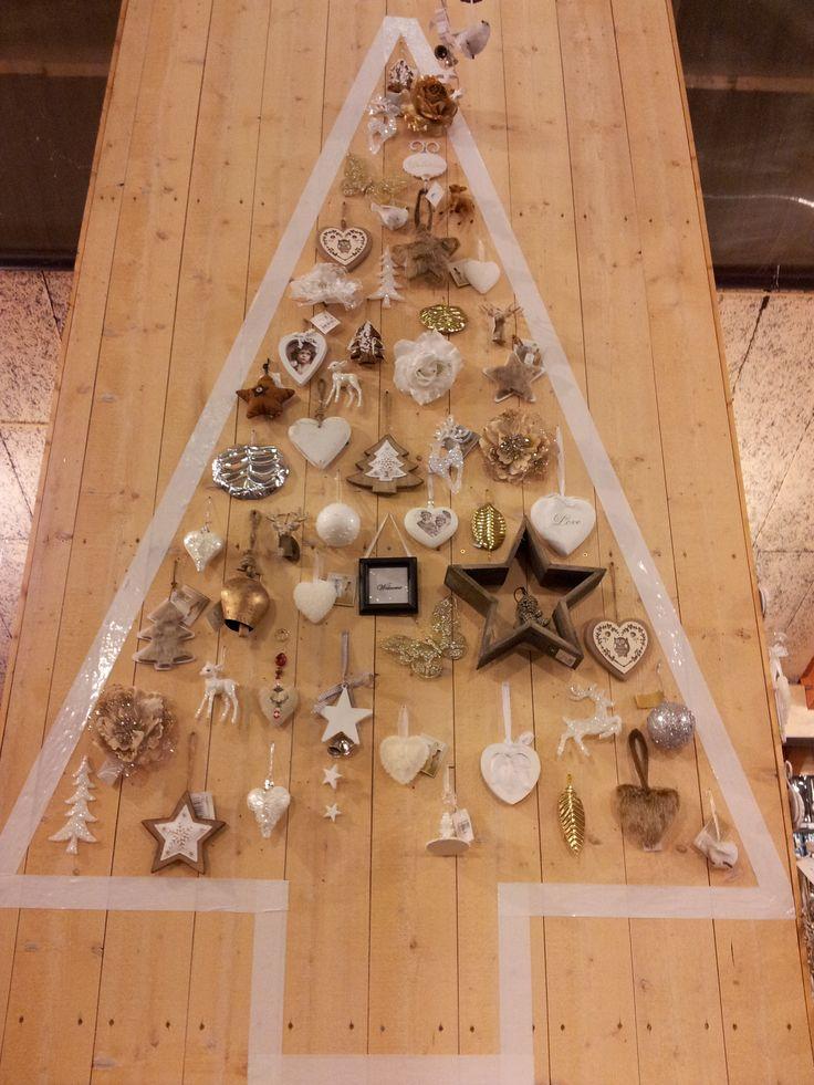 Kerstboom van tape op een muur gevuld met ornamentjes!