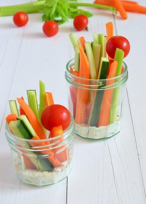 Wil je ook eens slanke en gezonde hapjes serveren?, maak dan deze groente stengels met yoghurt dip.