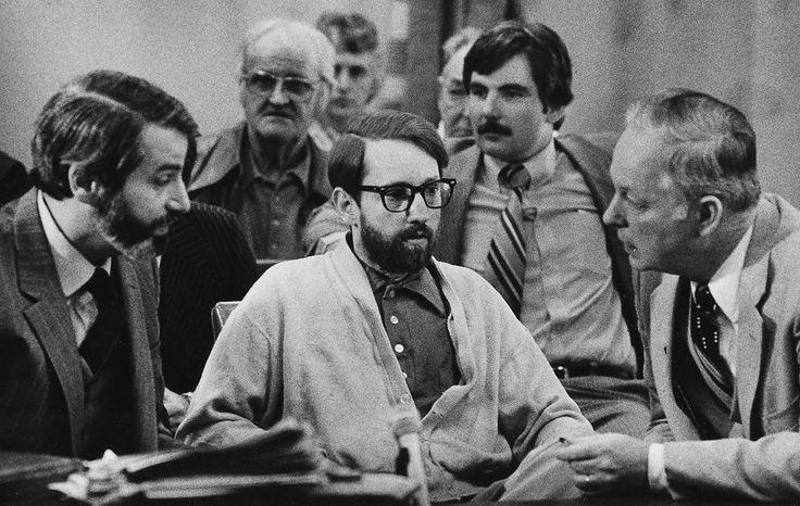 <p>I RETTEN: James Ruppert drepte familien i 1975, men han har vært tilbake i rettssalen flere ganger. Her i mars 1980. På bildet er James Ruppert i midten. Han lytter til sine advokater H.J. Bressler, til venstre og Hugh Holbrook til høyre.<br/></p>