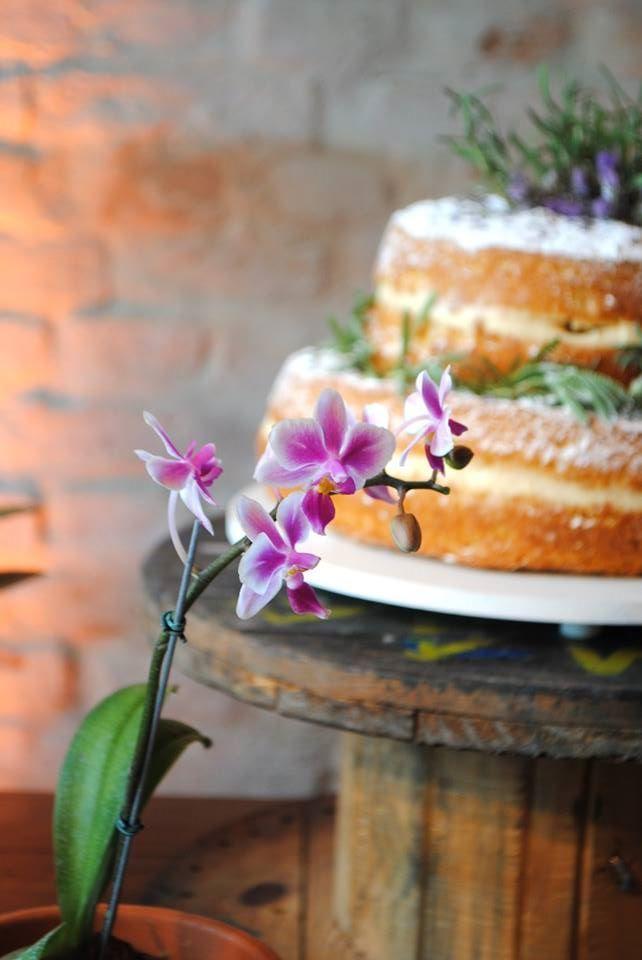 Casamento de dia com toques vintage com lavanda e trigo. Decoração romântica rústica com juta, tocos de madeira, caixotes de feira e objetos antigos como mala, relógios, molduras. orquídeas roxas