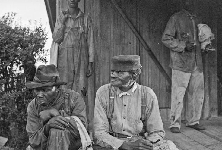 Ben Shahn - Cotton pickers at 6-30 a.m., Alexander plantation, Pulaski County, Arkansas, 1935