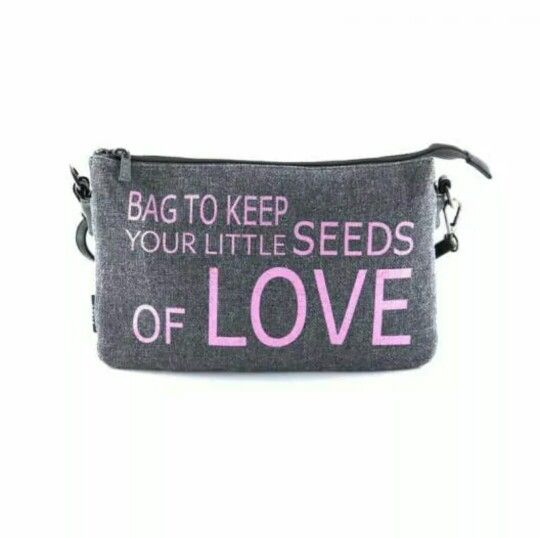 "Eres una romántica? Entonces te encantará el nuevo bolso cruzado con tejido de saco y estampado de letras de Bissu ""Bag to keep your Little sedes of love"" que puedes conseguir en todas las tiendas ‪#‎bissu‬ http://bit.ly/1xC2Cr9 ‪#‎bolso #fashion‬"