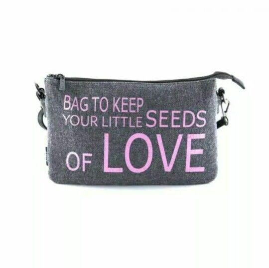 """Eres una romántica? Entonces te encantará el nuevo bolso cruzado con tejido de saco y estampado de letras de Bissu """"Bag to keep your Little sedes of love"""" que puedes conseguir en todas las tiendas#bissuhttp://bit.ly/1xC2Cr9 #bolso #fashion"""