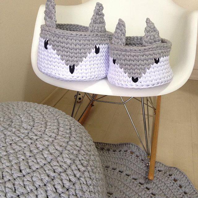 Amo cinza! Mas minhas clientes amam muito mais #fiodemalha #puffs #cestos #tapetes #carpetes #feitoamao #handmade #detalhes #artesanal #grey #decor #decoracao #decoraçãoinfantil #detalhes #instadecor #instadesign #ganchillo #trapillo #yarn #puff #criativo #tendência #boanoite