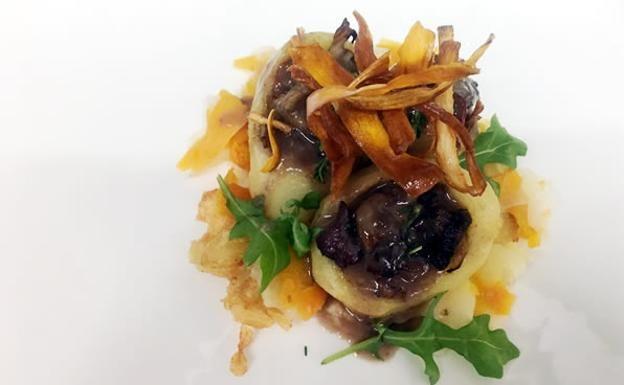 Patatines rellenos de ternera asturiana glaseada con setas y raices asadas | El Comercio