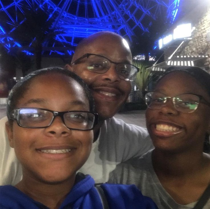 A late night burger run to Shake Shack and discovered a huge food and entertainment complex in #Orlando with the Orlando Eye in the background!