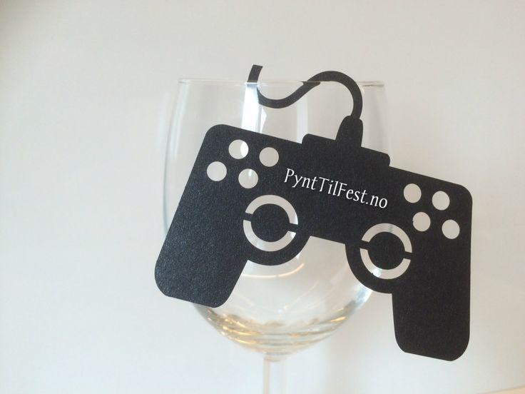 10 stk bordkort formet som spill controller, kan henges på glass. Navnet til gjesten skrives på controllern. Str 8,5x7 cm