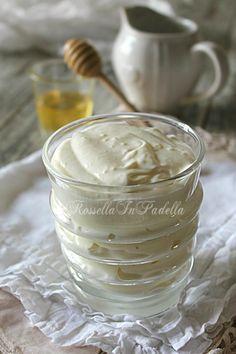 400 ml di latte intero 200 ml di panna fresca da montare 90 gr di zucchero 2 cucchiaini di miele 50 gr di maizena 1 bustina di vanillinaCrema al latte, ricetta base per farcire dolci