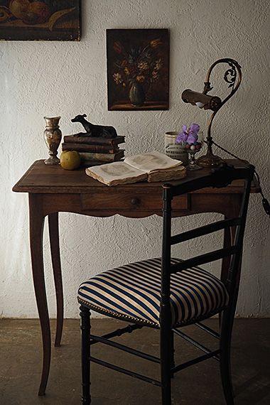 アンティークフレンチテーブル-antique oak table 寝室若しくは読書用にと個に向けたコンパクトなサイズ、柔らかいライン、細いカブリオレ(猫脚)を愛で、長く使いたい。あると無いとでは断然違う、眼鏡や文具を仕舞える控えめな抽き出しが膝上に、就寝前の1時間は御自身に使うべし。天板に小傷が御座いますが、大きなダメージは御座いません。
