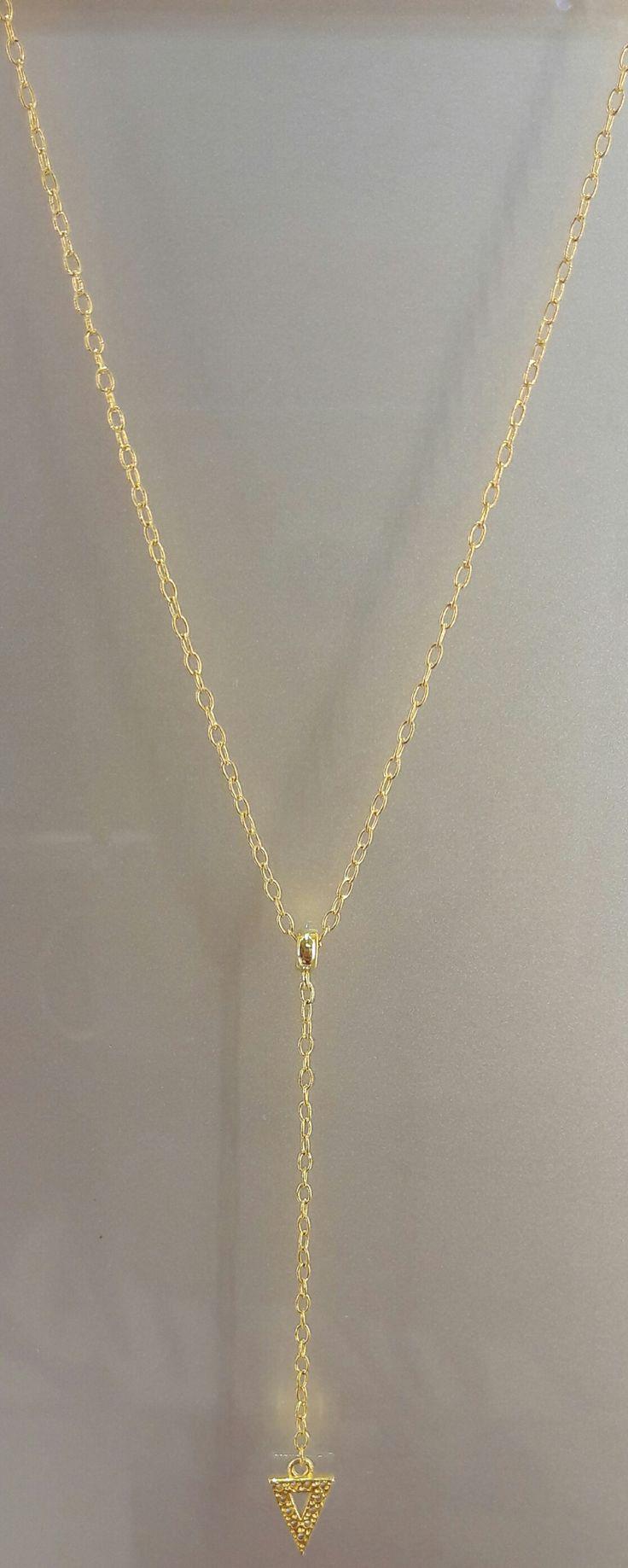 Espléndido colgante de Plata bañada en Oro 18K con motivo de triángulo invertido. #joyeria #colgante #jewelry #plata #bañodeoro #beautiful