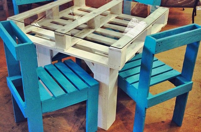 #DIY Pallet table and chairs - http://dunway.info/pallets/index.html