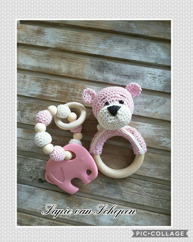 Babysetje gemaakt. De beer rammelaar is een gratis patroon van Stip en haak en de bijtring olifant is een haak pakketje van Cute Dutch http://www.cutedutch.nl/c-3769299/bijtringen-en-speenkoorden/