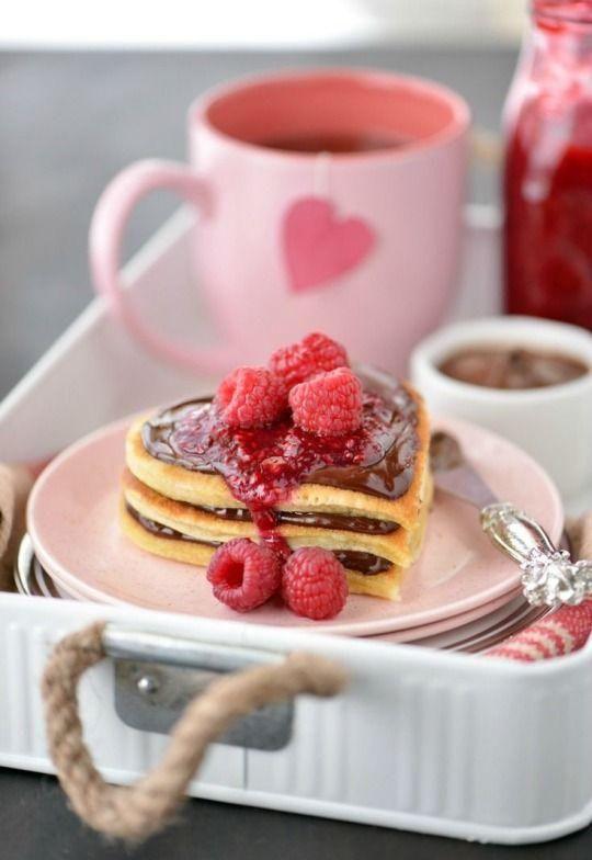 Pour le matin de la St-Valentin, on rassemble des petites douceurs où le rouge, le chocolat et les fruits sont à l'honneur. Miam!