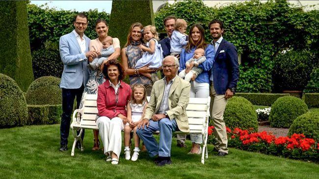 Under 2016 har kungafamiljen haft mycket att fira. Kungen fyllde 70 år, två nya prinsar, prins Oscar och prins Alexander, föddes och kungaparet firade 40-årig bröllopsdag. SVT har följt kungafamiljen på resor både i Sverige och utomlands. Det blir en teknikresa till Japan, fiskeresa till Mexico, statsbesök i Bhutan och i drottningens gamla hemland Tyskland.
