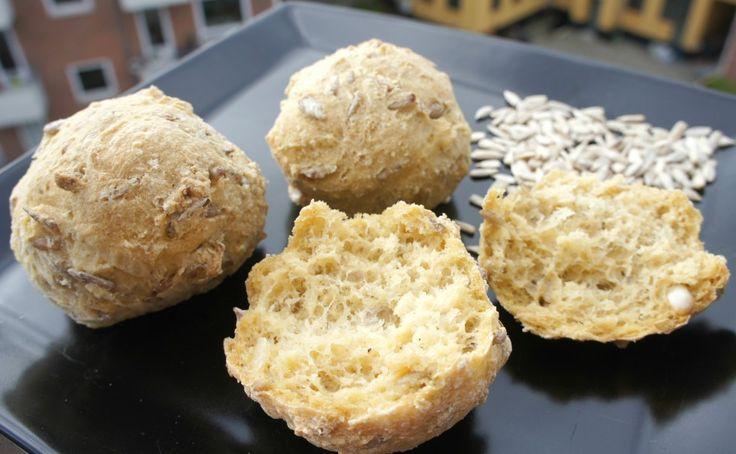 Få opskriften på de bedste glutenfri hveder med bagepulver og glutenfrit mel. Hvederne er sprøde udenpå og luftige indeni. Verdens nemmeste boller!