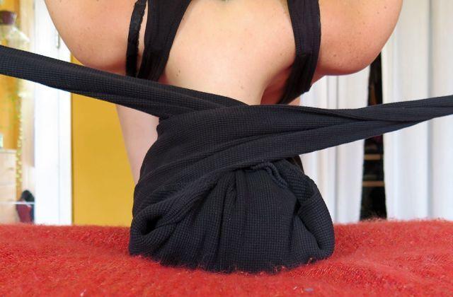 Che succede se avvolgi i capelli bagnati in una t-shirt? Se sei scettica prova...
