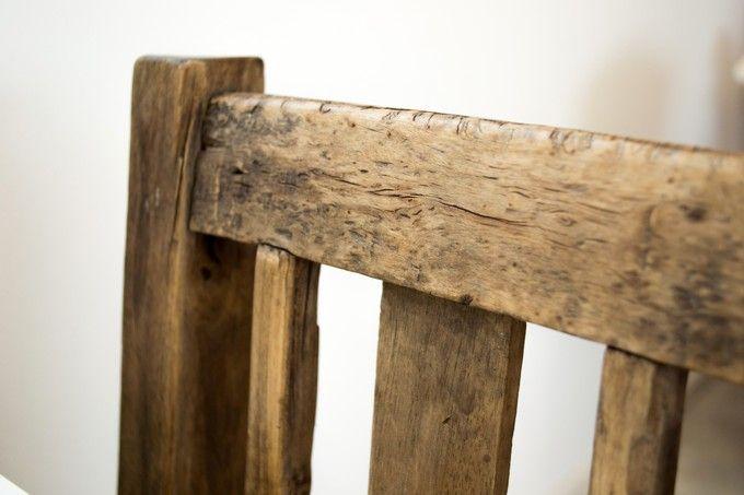 Uusvanhan tuolin puupinta näyttää aivan aidolta vanhalta puulta.