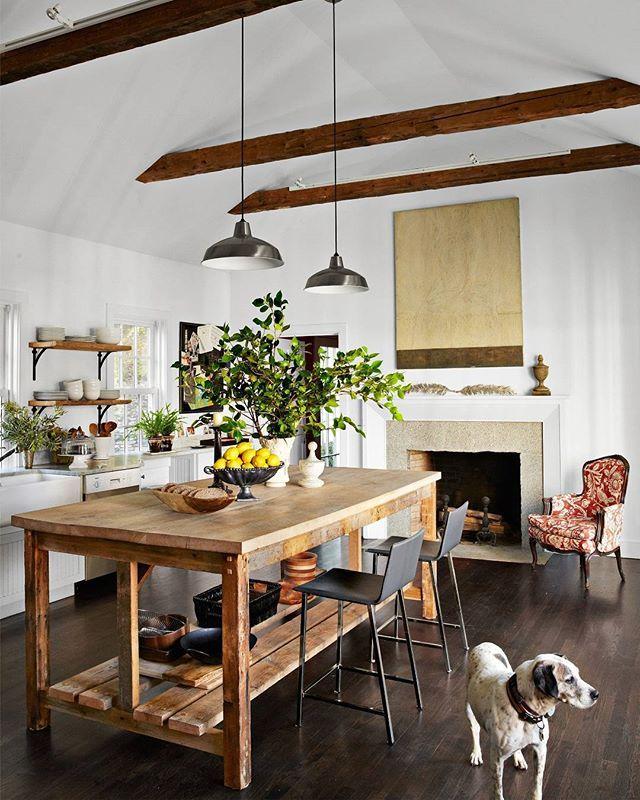 Oh, hi, pup!(: @wabranowicz   Design: @susannasalk) #kitchendesign #whitekitchen #instahome