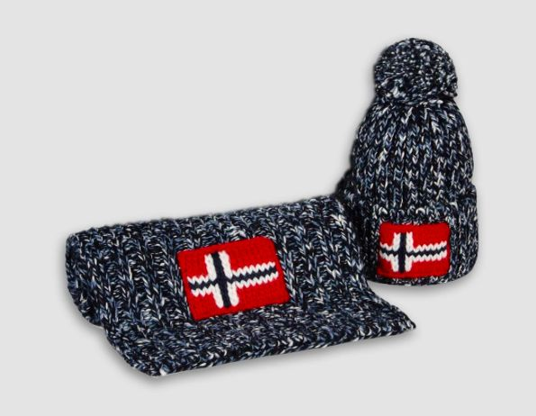 Something Special, just for you! Receive a Semiury hat and scarf set as a FREE GIFT with your online order. Find out how on napapijri.com. Hurry while supplies last!