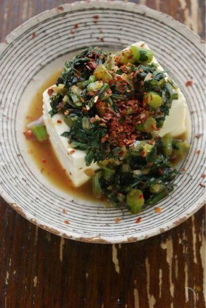 ザクザク切った春菊をナムル風の味で整えた、春菊を食べるソースです。ほろ苦い風味とパンチのある味付けで、豆腐ステーキや温奴にも会いますし、白身魚のソテーなどに添えてもいいですね。