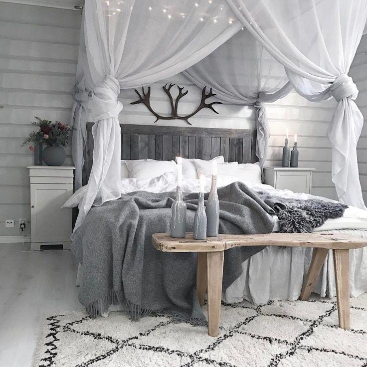 Tiulowy baldachim oraz czarne poroże nad łóżkiem w sypialni - Lovingit.pl