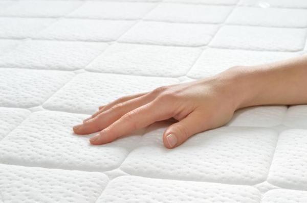 Como limpar um colchão viscoelástico. Os colchões viscoelásticos precisam de um cuidado especial na hora da limpeza. É verdade que, graças ao material sintético do qual são feitos, eles evitam a acumulação de ácaros em maior medida que os...