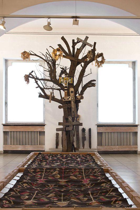 Aspirația spre înalt închipuită de pomul cu cruci de pomenire din județul Gorj își găsește proiecția mundană în covorul împodobit cu motivul arborelui. Axa lumii pe verticală și pe orizontală, întâlnirea dintre transcendent și pământesc.