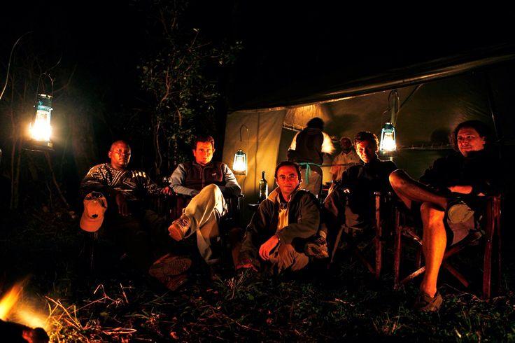 Amigos en fuego de campamento