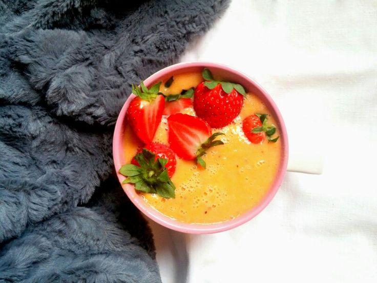 Porcja witamin w pomarańczowym koktajlu z truskawkami    Przepis już na fb https://www.facebook.com/eatdrinklook/  --->   Portion of vitamins in a orange cocktail with strawberries    Recipe already on fb https://www.facebook.com/eatdrinklook/