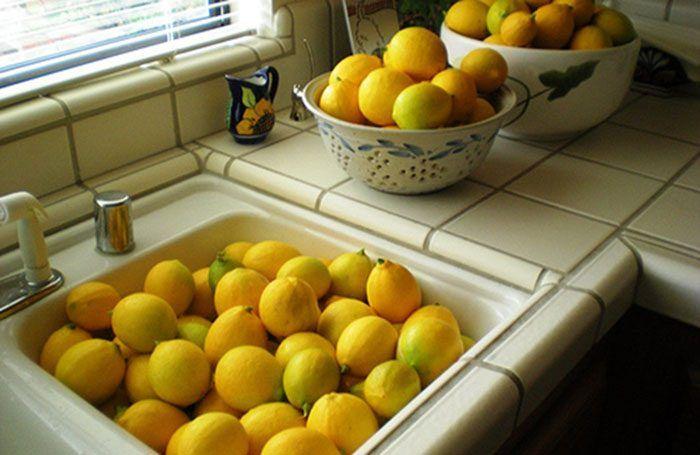 Из лимона можно сделать не только лимонад. Фактически, лимон – необычайно полезная жидкость, которую можно использовать во время уборки дома, лечения простуды и косметических процедур.