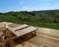Sonnenliegen im Österreich Urlaub auf einer der Sonnenterrassen im Weingarten-Resort Unterlamm Loipersdorf