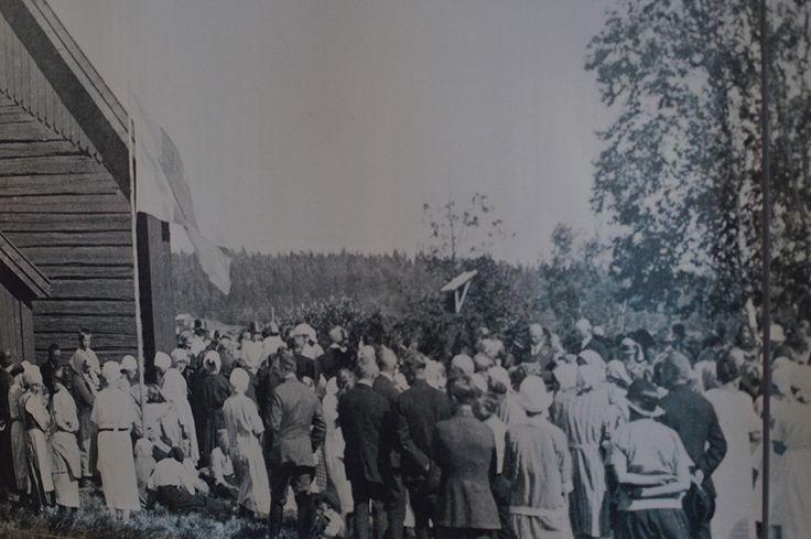 Näyttelyn valokuvat kertovat museoalueen rakennuksista, niiden pystyttämisestä ja korjaustöistä. Kuvien avulla voi tutustua myös lukuisiin tapahtumiin, joita Turkansaaressa järjestetään joka kesä. Luuppi, Oulu (Finland)