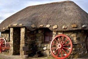 verso il thatched cottage sull'isola di Skye in Scozia