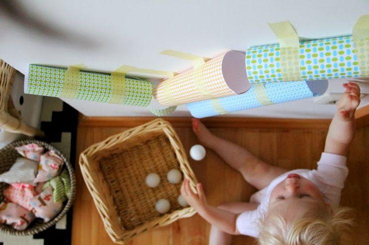 Aus leeren Küchenrollen oder aus Kartonpapier sowie Papierkleber und kleinen Bällchen lässt sich auch im Handumdrehen eine spannende Kugelbahn an die Wand zaubern.