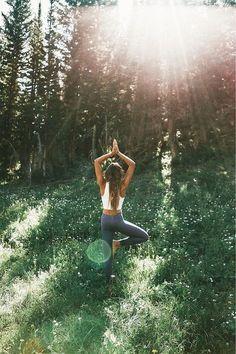 Take in nature. – Sport Übungen und Yoga Stellungen. Sportliche Bekleidung