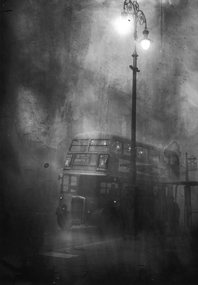 "undr: "" Keystone/Hulton Archive/Getty Images A London bus makes its way along Fleet Street in heavy smog, December 1952 """