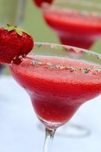 """Frosé (Frozen Rosé) is """"het"""" drankje van de zomer! Ingrediënten: • 1 fles rosé (750 ml.) • 300 gr verse aardbeien, plus wat extra voor de garnering • 2 el kristalsuiker • 2 el wodka • 2 el grenadine Bereiding: 1. Giet de rosé in meerdere ijsblokjesvormen en laat het bevriezen (min.8 uur). 2. Meng de schoongemaakte aardbeien met de suiker in een blender en roer goed om. 3. Voeg wodka, grenadine en de rosé ijsblokjes toe. Meng het op hoge snelheid tot een gladde massa en proef! Wil je het wat…"""