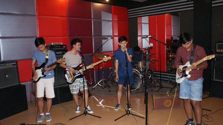 Ini ASTERA Band *myidola* lagi pada latihan di studio mbak Tya Subiakto *composermusik* Do'a in yaaa biar cepet2 rekaman. Lagu mereka udh buat banyak.pokoknya enakeun =D