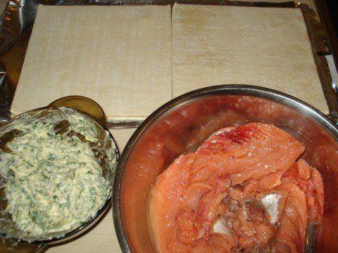 """Рыба в тесте """"Просто как в песне""""))))  Ингредиенты:  ●горбуша (килограмма на полтора), ●масло сливочное - 250 гр., ●тесто готовое слоеное - 1 упаковка (в этот раз у меня оказалось дрожжевое), ●укроп и петрушка, ●сок одного лимона - по желанию, ●соль - по вкусу.  Приготовление:  Рыбу разделала (головы, хвост, плавники, хребет - на суп и в ту же морозилку, шкуру - собакам) - филе залила лимонным соком.  Зелень мелко порезала и хорошо перемешала с маслом. Масло у меня настоящее - из Беларуси…"""