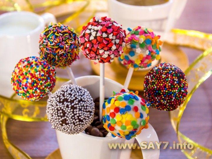 Кейк попсы Кейк попсы — очень популярный десерт. Мини тортики на палочке.:) Вариантов приготовления очень много. Можно сделать шоколадный бисквит, в качестве крема использовать сметану с сахаром, повидло, варенье.