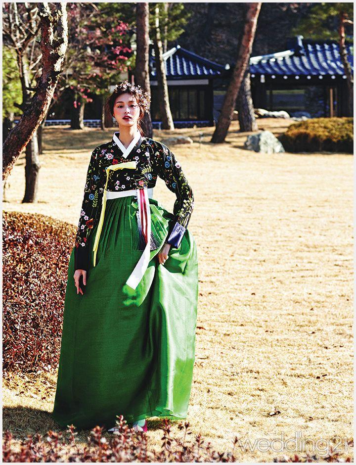 고운 색채로 물들인 임정연 한복을 입은 아리따운 여인