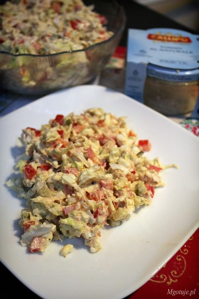 Bardzo smaczna i prosta sałatka z tuńczykiem i warzywami. Idealny przepis na świąteczny stół.